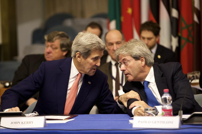 Il segretario di Stato Usa Kerry con il ministro degli Esteri italiano Gentiloni