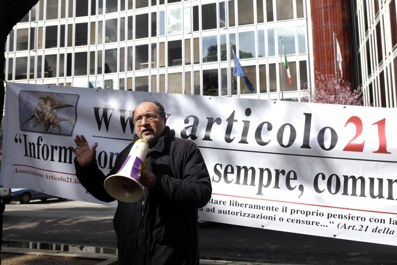 Giulietti a una protesta contro lo stop RAI ai talk show politici nel 2010
