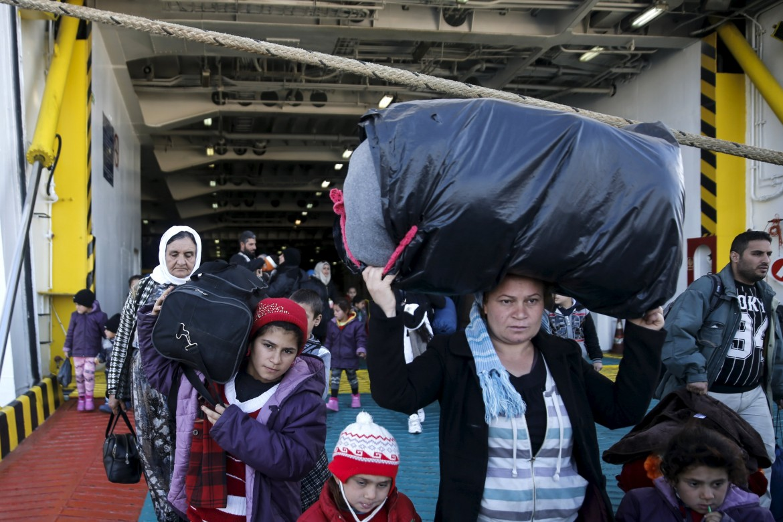 Lo sbarco di un gruppo di profughi siriani nel porto del Pireo
