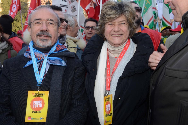 I segretari di Cgil e Uil, Susanna Camusso e Carmelo Barbagallo, ieri a Milano. In basso, all'interno dell'articolo, uno spezzone del corteo