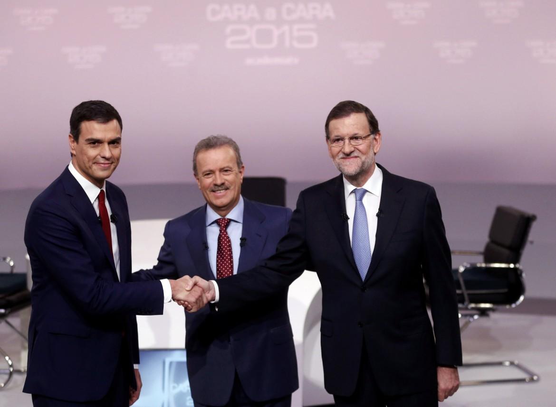 L'ultimo dibattito tv tra Sanchez (Psoe, a sinistra) e Rajoy (Pp, a destra)