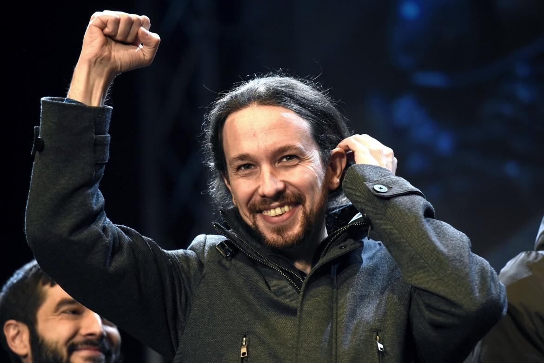 Pablo Iglesias festeggia il voto nella notte