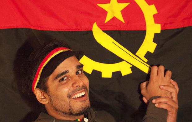 Luaty Beirão gioca con la bandiera angolana