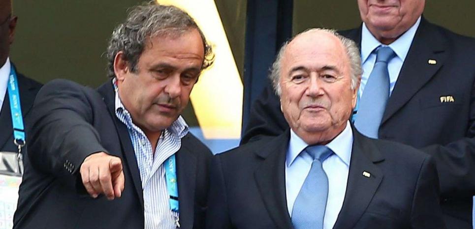 Platini e Blatter, sotto l'ex asso juventino durante un incontro di calcio