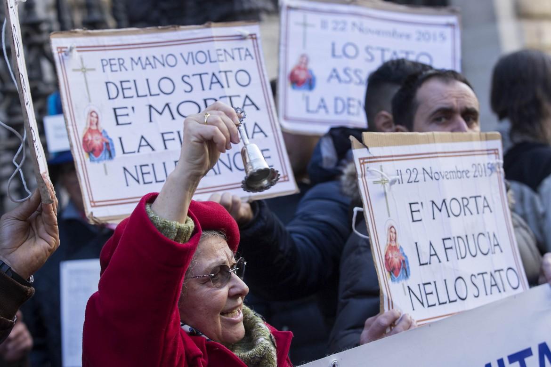 La protesta davanti a Bankitalia