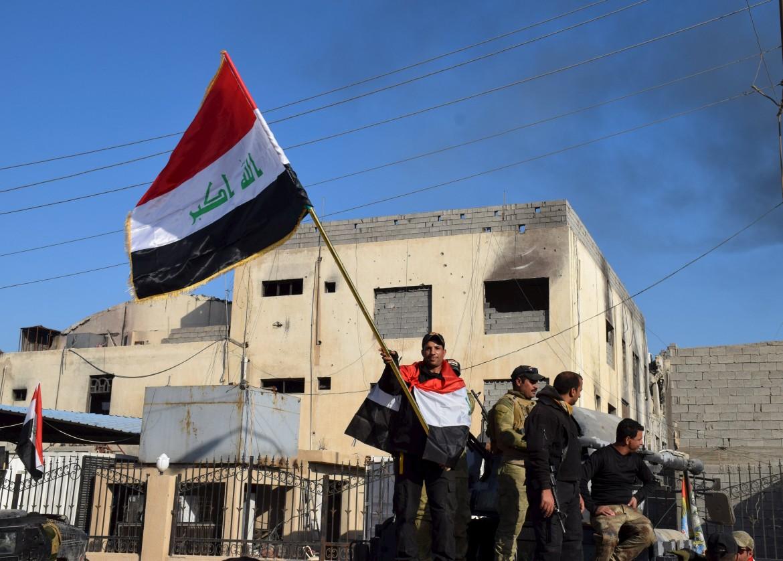 La bandiera irachena a Ramadi