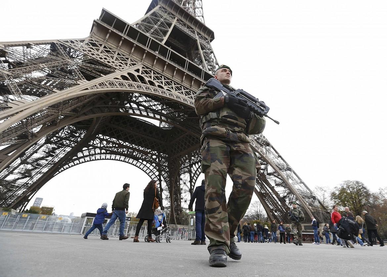 Pattugliamenti alla Torre Eiffel dopo gli attentati di Parigi
