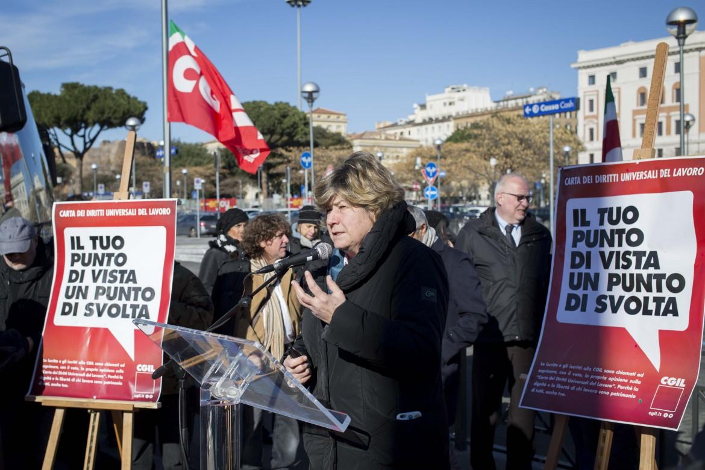 La segretaria Cgil Susanna Camusso ieri a Roma, davanti alla stazione Termini, per presentare alla stampa la
