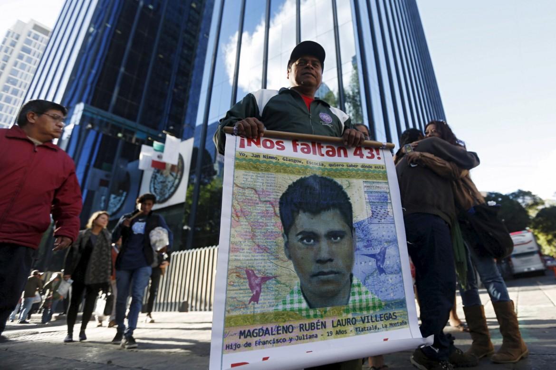 Messico, manifestazione per i 43 scomparsi