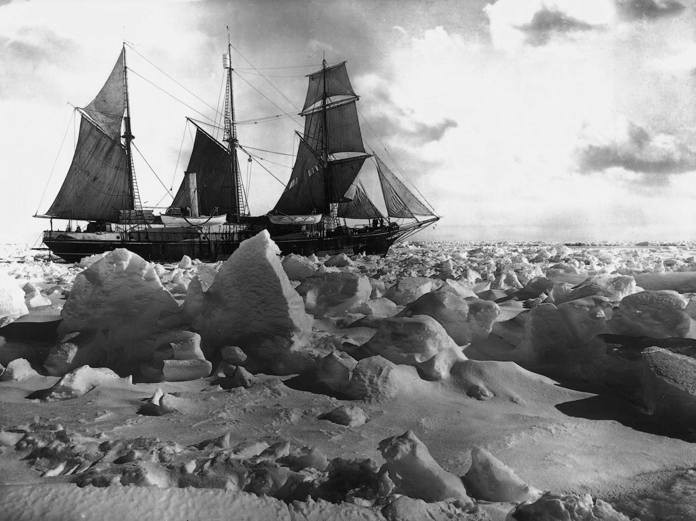 La nave Endurance, guidata da sir Shackleton bloccata dal pack antartico nel 1915 - foto Frank Hurley - tutti i diritti Nutrimenti editore