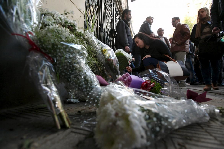Fiori per Giulio Regeni all'ambasciata italiana al Cairo
