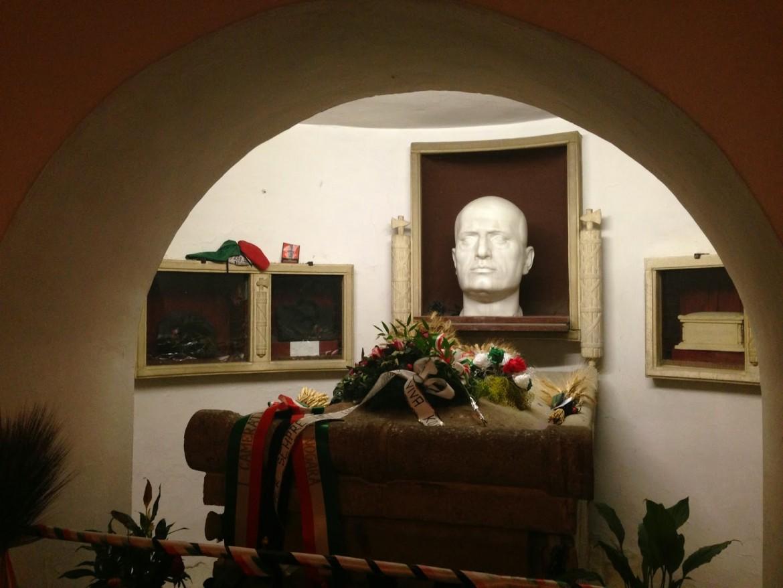 La bara di Mussolini al cimitero di Predappio