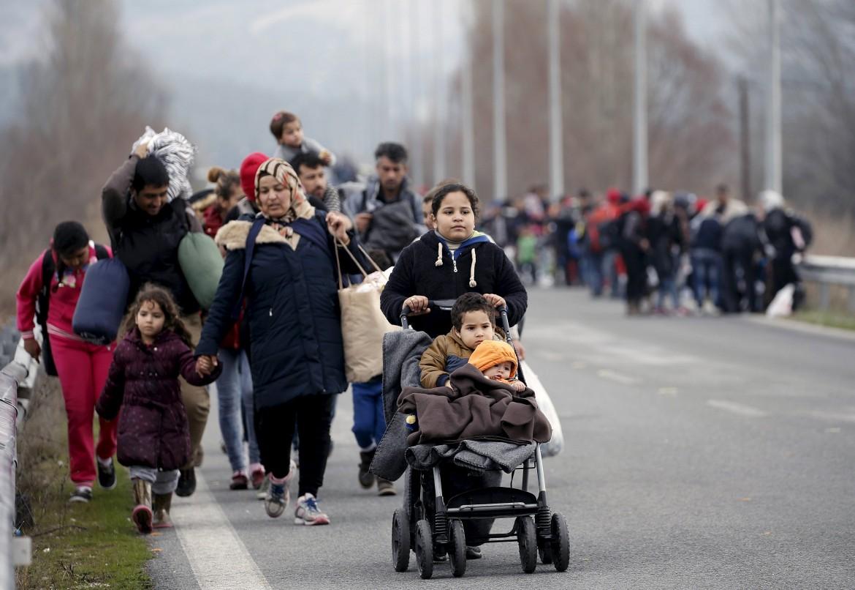 Rifugiati e migranti in marcia da Atene al confine macedone