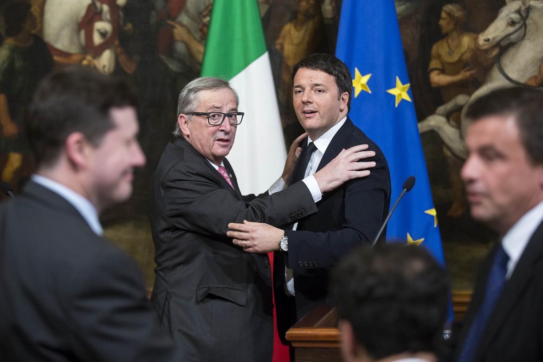 L'abbraccio di Matteo Renzi e Jean Claude Juncker ieri nella Sala dei Galeoni di Palazzo Chigi