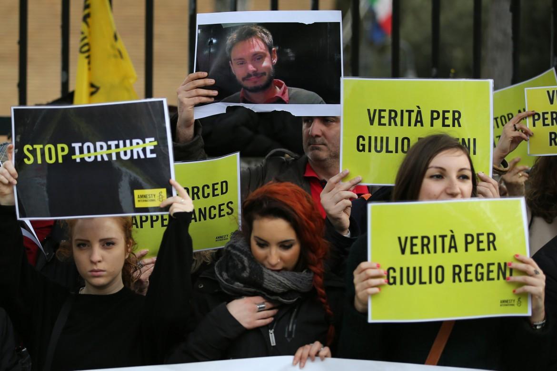 Sit-in di fronte all'ambasciata egiziana a Roma