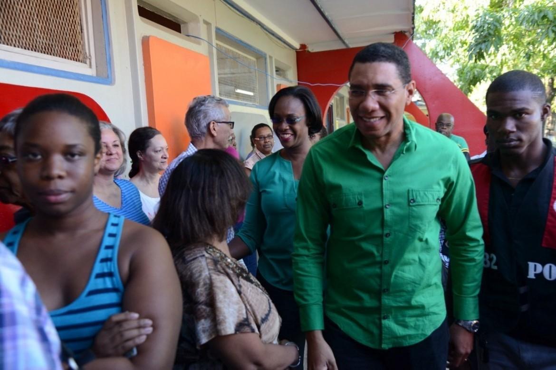 Andrew Holness, leader del JLP, al voto