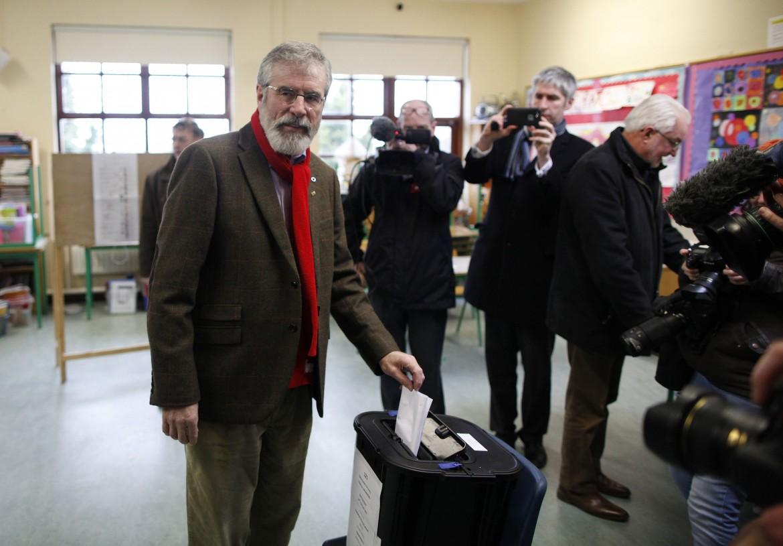 Gerry Adams vota al seggio di Ravensdale