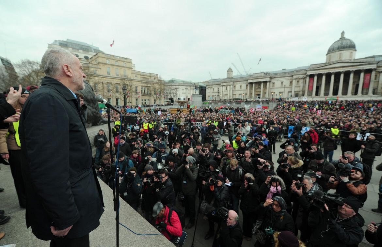 Jeremy Corbyn sul palco della manifestazioni contro le armi nucleari