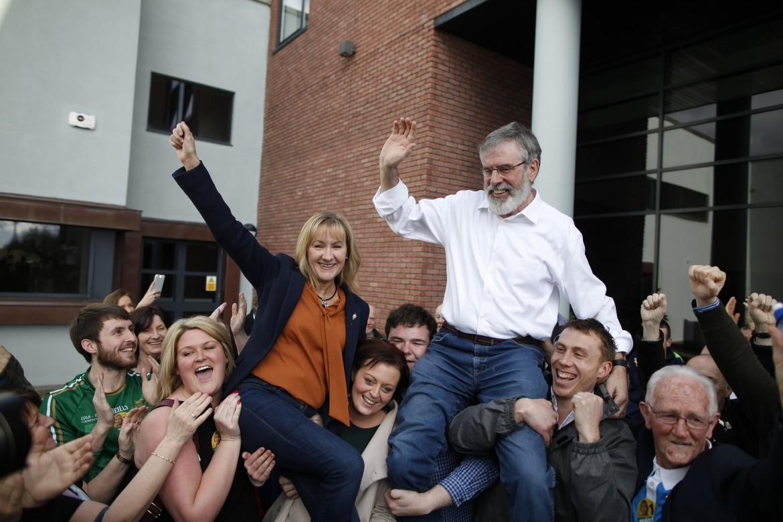 Gerry Adams festeggia il risultato del Sinn Féin con Imelda Munster
