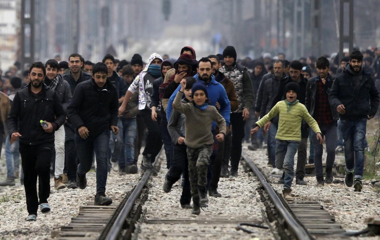 Dal lato macedone, profughi in arrivo da Idomeni, Grecia