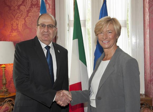 La ministra della difesa Roberta Pinotti con il collega israeliano Moshe Yaalon