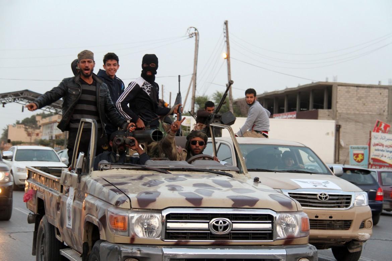Milizie lealiste a Tripoli sfilano a Sabratha il 28 febbraio scorso dopo la battaglia con l'Isis