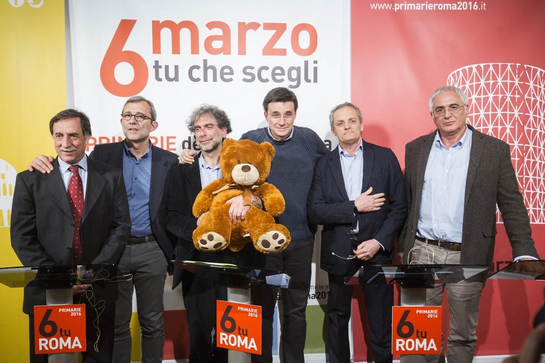 I sei candidati alle primarie: da sinistra Rossi, Giachetti, Mascia, Morassut, Pedica e il signor Ferraro, padre di Chiara