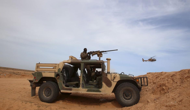 Soldati tunisini al confine con la Libia