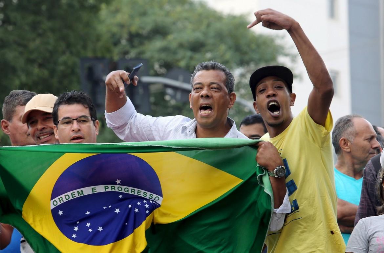 In piazza contro Lula