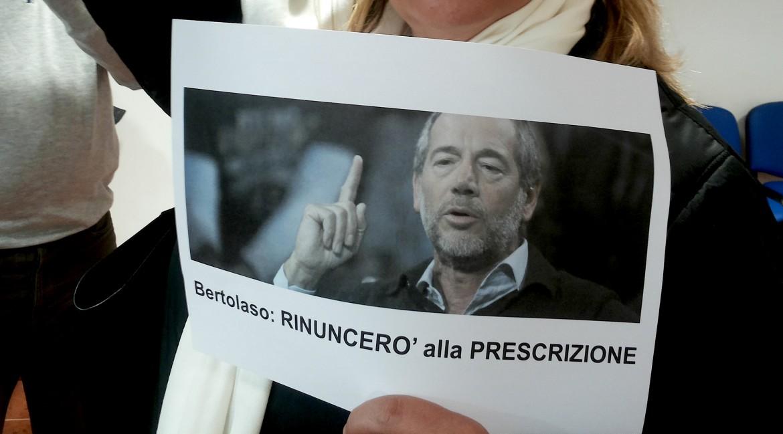 Le proteste contro Bertolaso, ieri assente da L'Aquila