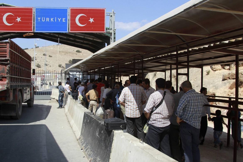 Checkpoint turco al confine con la Siria