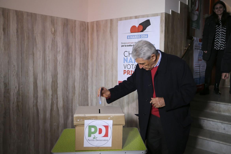 Antonio Bassolino vota per le primarie a Napoli