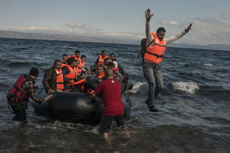Migranti in arrivo dalla Turchia sull'isola di Lesbo, in Grecia