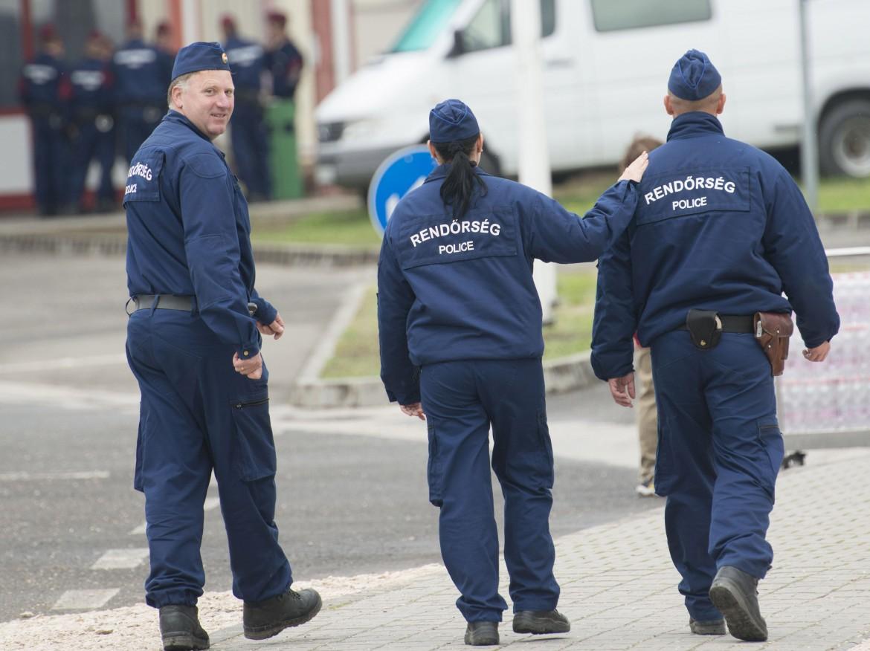 La polizia ungherese pattuglia il confine con la Croazia