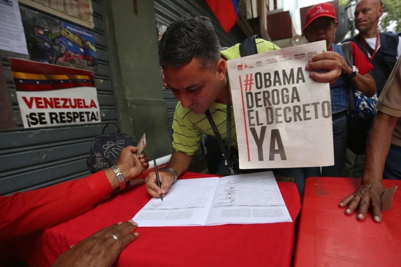 Caracas, firma contro il decreto Obama
