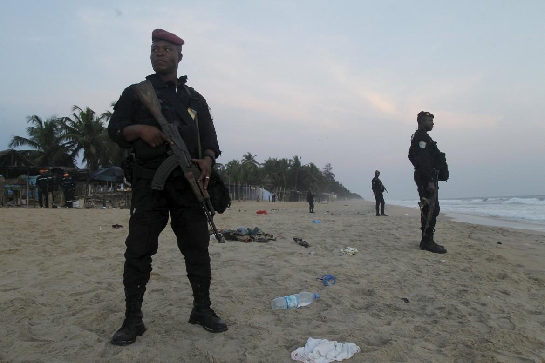 Soldati ivoriani sul luogo dell'attacco