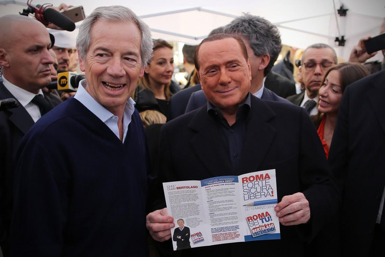 Guido Bertolaso, ex capo della Protezione civile, e Silvio Berlusconi, alle 'gazebarie' di Roma