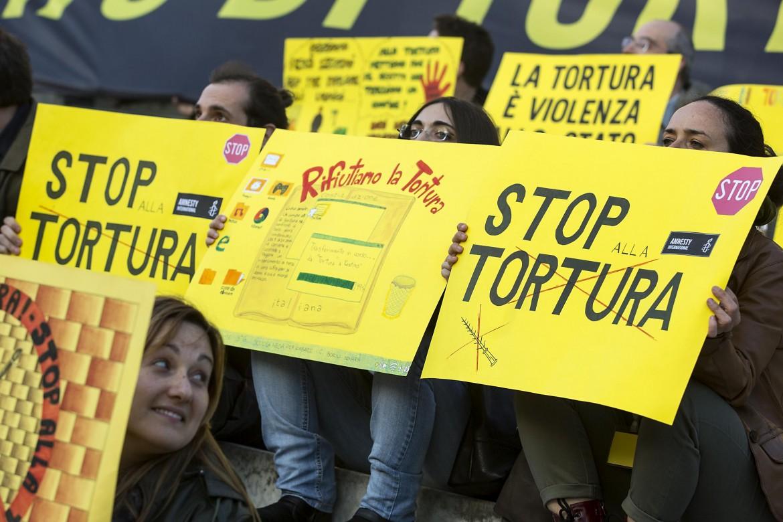 Manifestazione  per chiedere l'introduzione del reato di tortura nell'ordinamento penale italiano