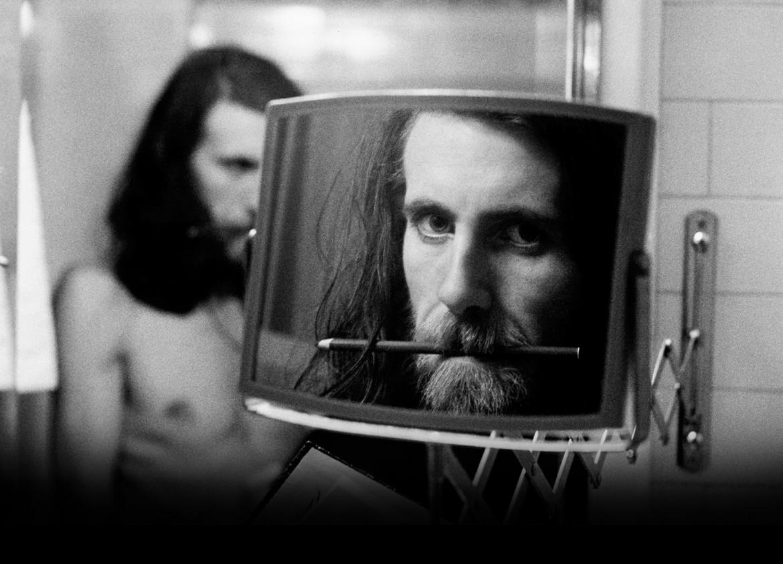 Graham Nash in un ritratto dei '70, sotto durante un recente concerto. Nel video il brano Myself at Last, ripreso ad Amsterdam nel 2015
