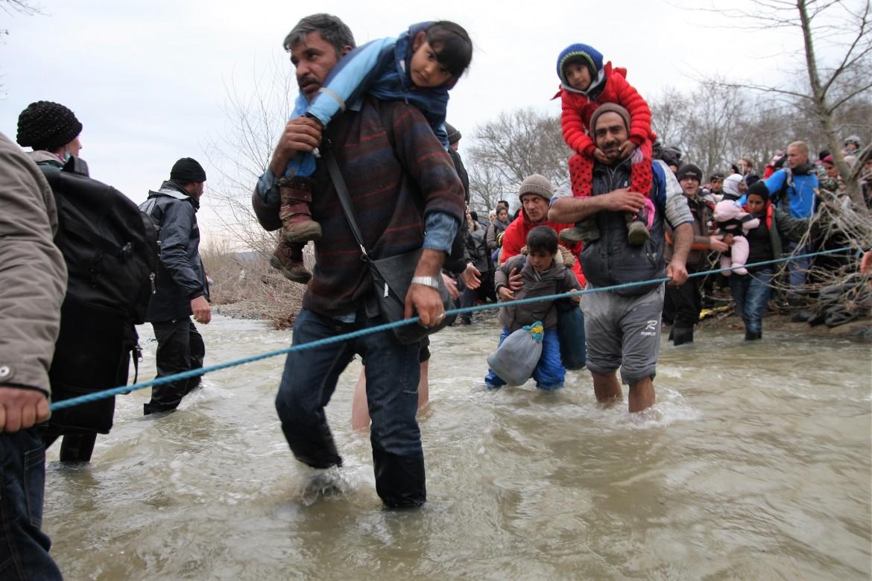 Il guado di un torrente ingrossato  dalla pioggia nel tentativo di entrare  in Macedonia