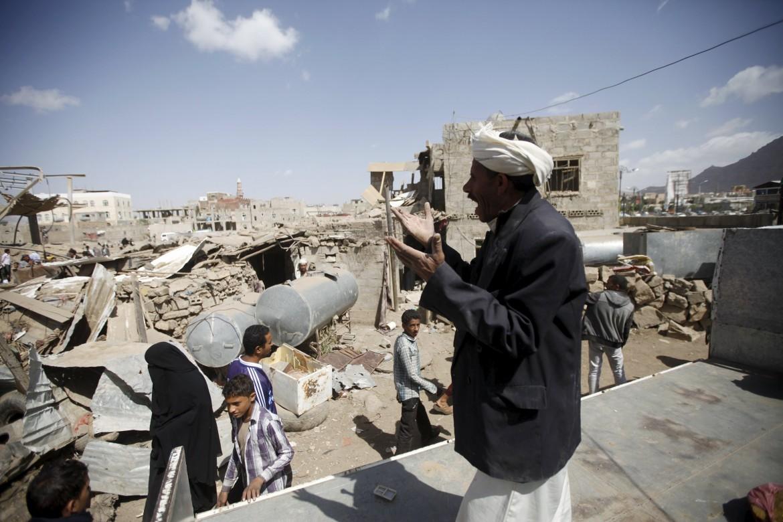 Palazzi colpiti dalle bombe a Sana'a