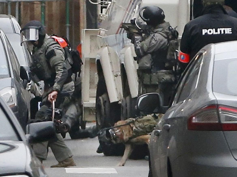 Il blitz della polizia belga a  Molenbeek, in basso Salah Abdeslam