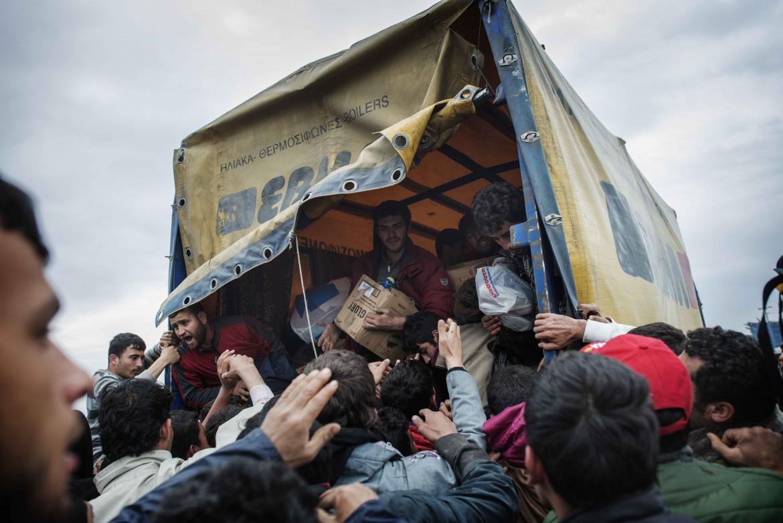 Camion di rifornimenti nell'accampamento di Idomeni