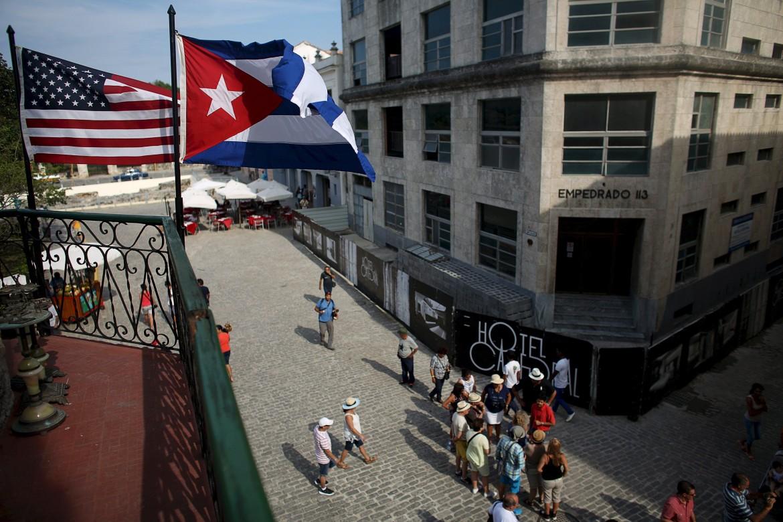 Bandiera Usa e bandiera cubana sulla terrazza di un ristorante all'Avana