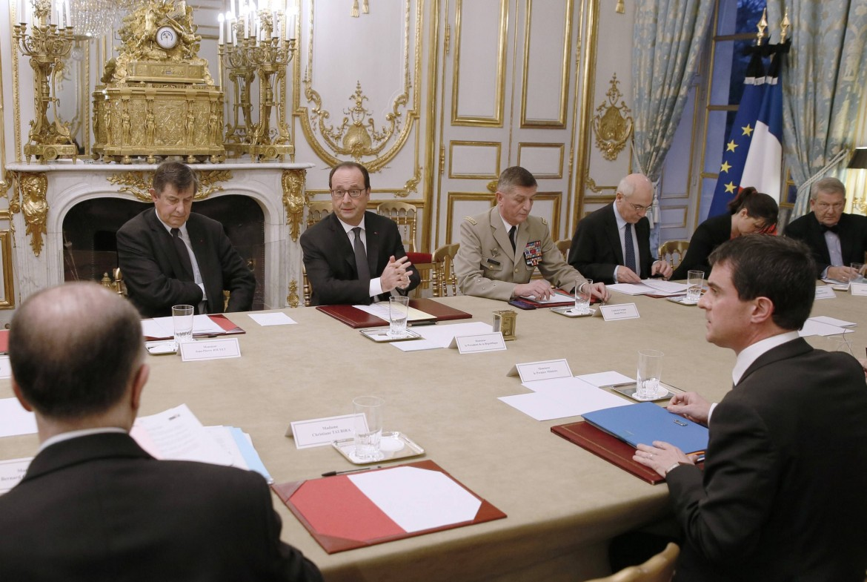 Hollande presiede il consiglio di difesa
