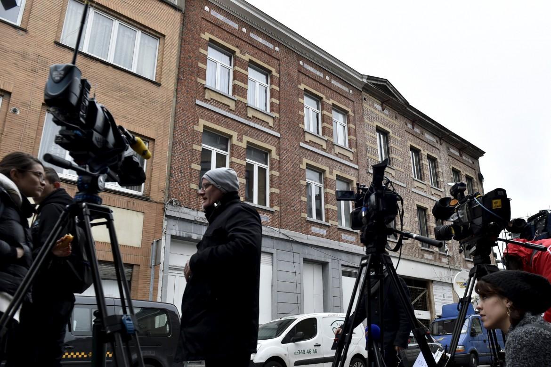 Presidio mediatico  di fronte alla casa in cui è stato preso Abdeslam  a Molenbeek, Bruxelles