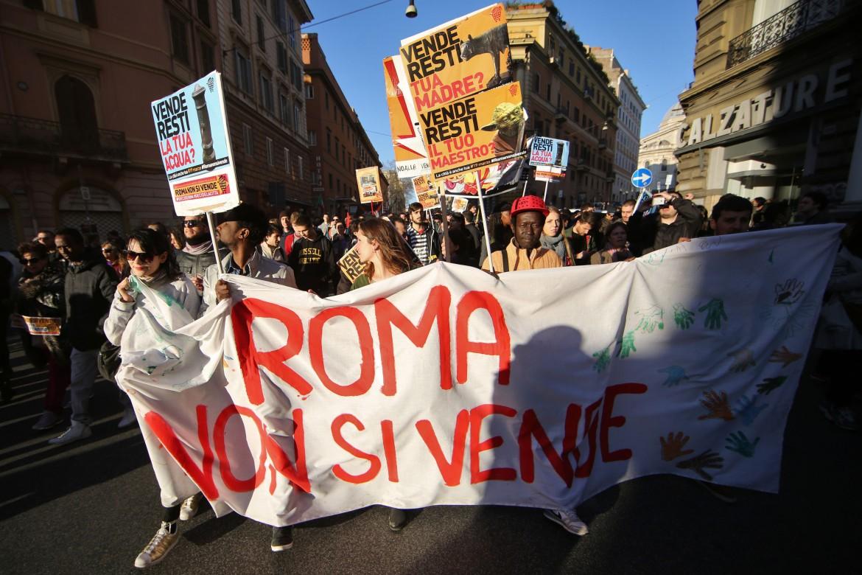 Roma non si vende, in ventimila in piazza
