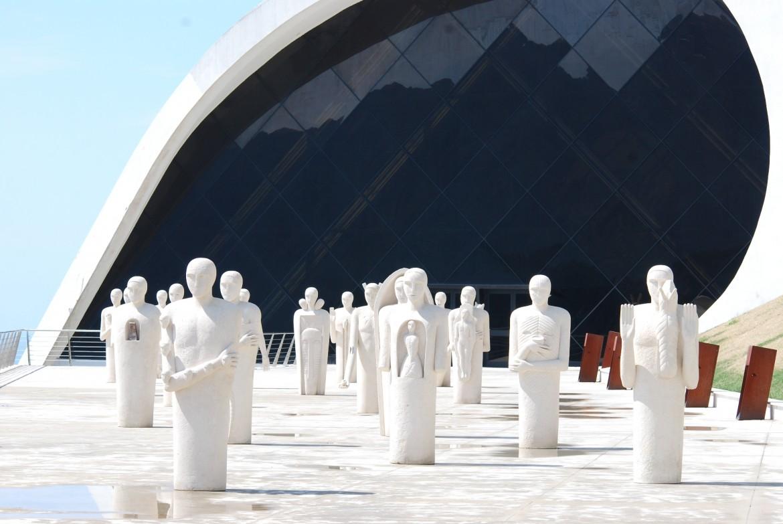 «I testimoni», installazione di Mimmo Paladino davanti l'Auditorium di Ravello