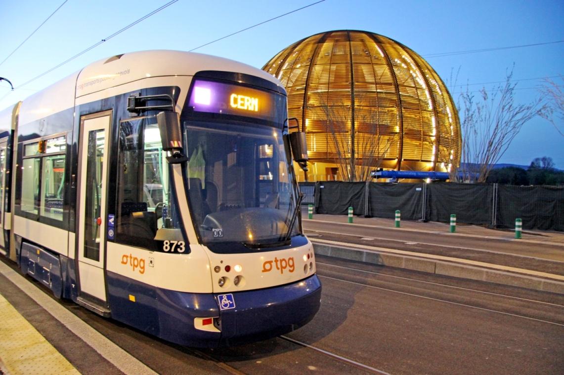 il tram numero 18 che porta al Cern (l'edificio sullo sfondo)