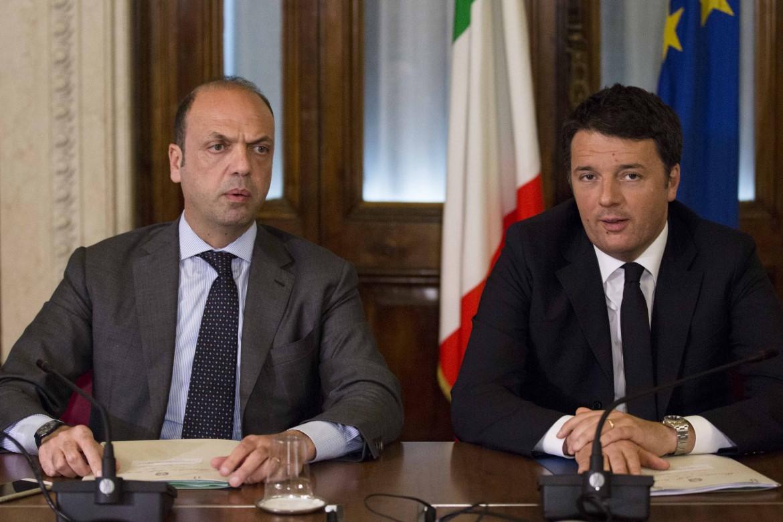 Il ministro dell'interno Angelino Alfano e il premier Matteo Renzi